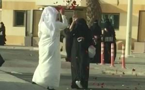 بالفيديو: زوج يحتفل بتخرج زوجته من الجامعة بطريقته الخاصة