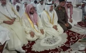 """""""الميموني"""" يتقدم المصلين في صلاة العيد بمسجد الملك فهد بالعزيزية"""