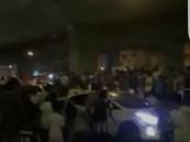 شاهد : فيديو صادم لمشجعين يعترضون سيارات ويتم دهسهم في جدة