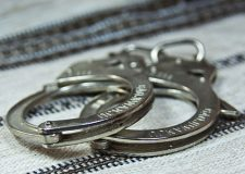 شرطة الشارقة تلقي القبض على لصوص يخطفون حقائب السيدات ليلًا