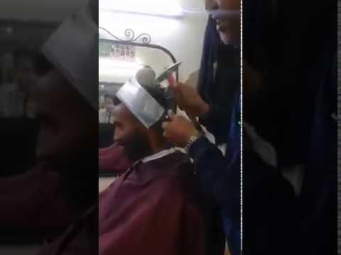 شاهد.. حلاق مغربي يقص شعر زبائنه بالمطرقة والساطور