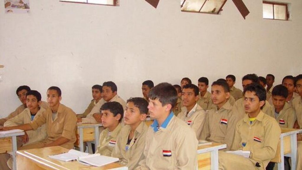 تلعثم وانصرف غاضباً.. طالب يمني يحرج قيادياً حوثياً بسؤال أعجزه عن الرد