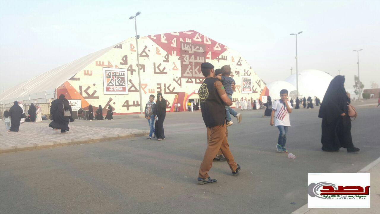 رجل أمن يعثر على طفل تائه ويرده إلى والديه في سوق عكاظ