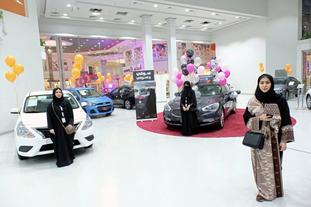 بالصور.. افتتاح أول معرض سيارات نسائي في جدة