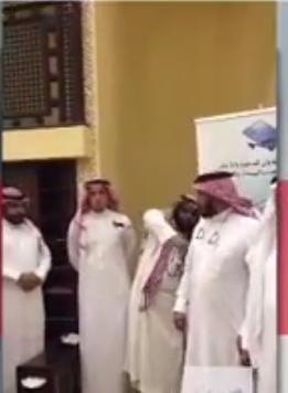 """بالفيديو.. لاعب برشلونة السابق يشهر إسلامه بأحد المساجد في """"الخبر"""""""