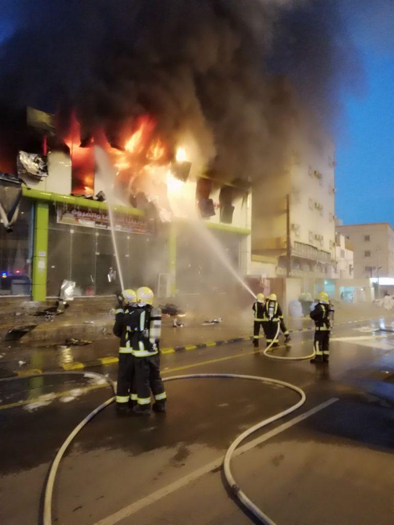 «مدني محايل» يخمد حريق المحلات التجارية
